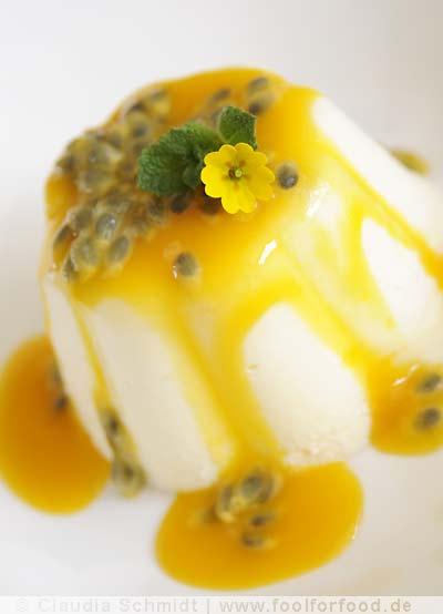 Rezept mit Bild für Buttermilch-Mousse mit Mangosauce und Passionsfrucht