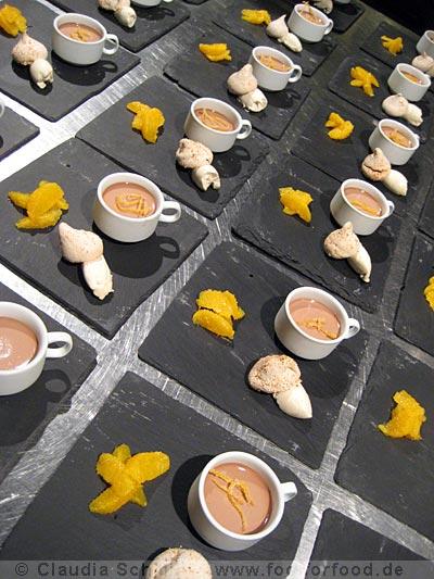 Schokocreme mit Orangensalat, Haselnuss-Orangen-Baiser und Haselnuss-Creme-Chantilly